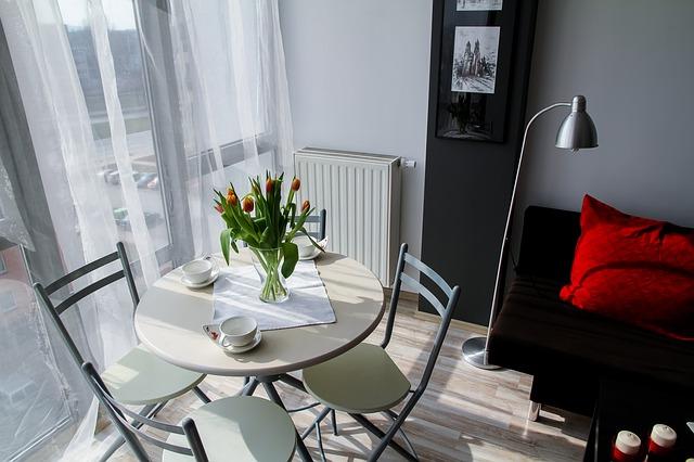 jídelní stolek, lampa, gauč