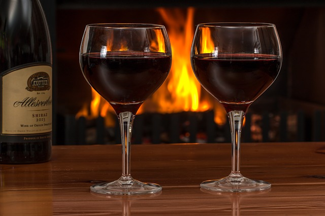 červené víno ve sklenicích