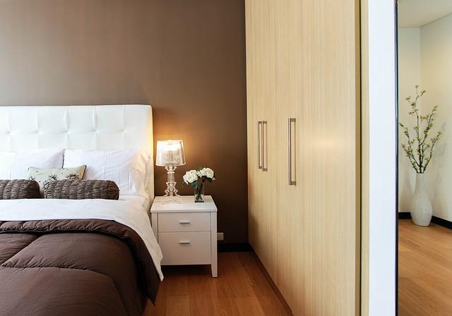 postel v ložnici.jpg
