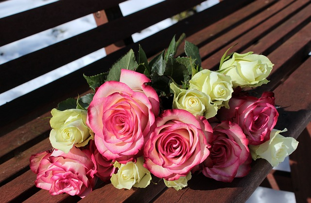 kytice růží na lavici.jpg