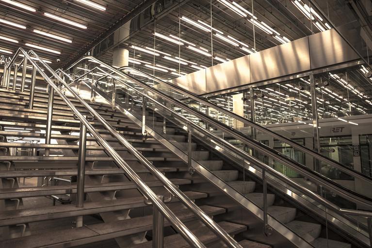 schody a zábradlí na nástupišti