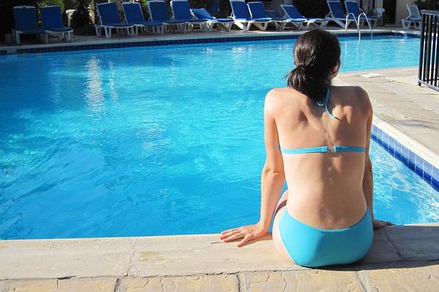 Žena u bazénu.jpg