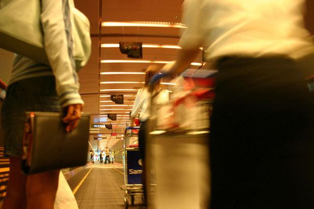 cestovatelé na letišti